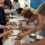 Sgraffiti Kunst. Herstellung während Schweiz-Klassenfahrten