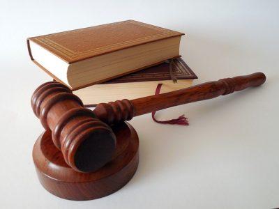 Hammer und Gesetzbuch.- Internationaler Strafgerichtshof in Den Haag / Holland
