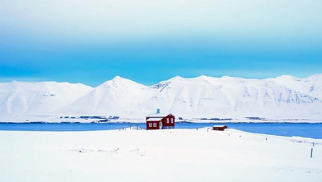 Schneelandschaft mit Haus in Island