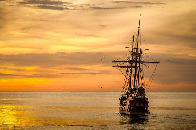 Schiff auf dem Meer im Sonnenuntergang