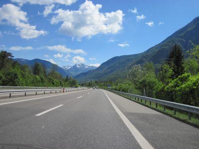 Italienfahrt - Berge am Horizont und dahinter das Meer